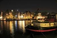アムステル川のボートハウスと運河の夜景 02350003059| 写真素材・ストックフォト・画像・イラスト素材|アマナイメージズ