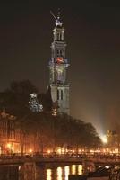 アムステルダムの運河に架かる橋と西教会の夜景