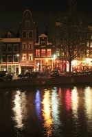 運河とボートハウスの夜景