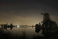 ザーンセ・スカンスの風車のある水辺の夜景