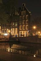 ボートハウスとベンチの夜景