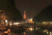 運河越しに見る南教会と計量所の夜景