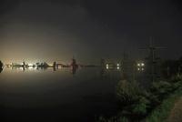 ザーンセ・スカンスの風車のある水辺の夜景 02350003112| 写真素材・ストックフォト・画像・イラスト素材|アマナイメージズ
