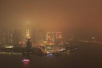 黄浦江と浦東の高層ビル群の夜景