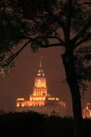 浦東から望む上海海関(旧江海北関)のライトアップ