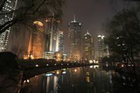 上海陸家中心緑地から望む浦東の高層ビルの夜景