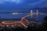 鍋島山から望む白鳥大橋の夕景