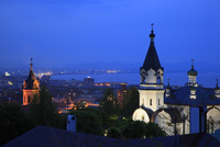 函館ハリスト正教会と函館湾の夕景