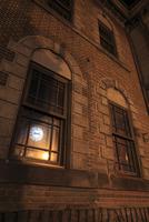夜の小樽オルゴール堂の窓に映る蒸気時計