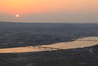 鏡山から眺める松浦川の夕景
