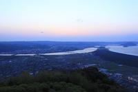 鏡山から眺める松浦川と唐津湾の夕景