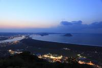 鏡山から眺める松浦川と唐津湾の夜景