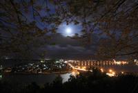 唐津城から望む月と唐津市街の夜景