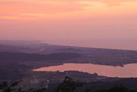 鉢伏山から眺める東郷湖と日本海の夕景 02350003371| 写真素材・ストックフォト・画像・イラスト素材|アマナイメージズ