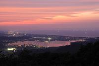 鉢伏山から眺める東郷湖と日本海の夕景 02350003376| 写真素材・ストックフォト・画像・イラスト素材|アマナイメージズ