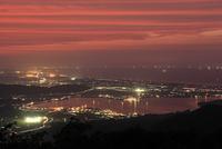 鉢伏山から眺める東郷湖と日本海の夜景 02350003378| 写真素材・ストックフォト・画像・イラスト素材|アマナイメージズ