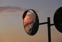 カーブミラーに映る徳山湾の夕景