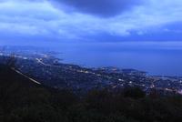 具定展望台から眺める四国中央市と瀬戸内海の夕景