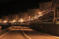 工場タンクの夜景