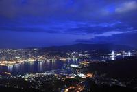 稲佐山展望台から長崎港と長崎市街の夜景を望む