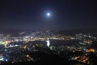 稲佐山展望台から月と長崎港と長崎市街の夜景を望む