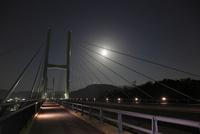 女神大橋と月
