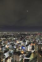 五反田付近から望む東京の夜景と月