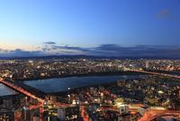梅田付近から望む淀川と大阪の夜景