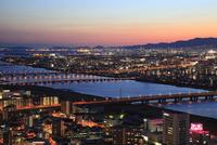 梅田付近から望む新淀川と大阪の夜景