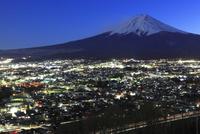 富士山と富士吉田市街の夜景