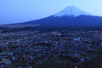富士山と富士吉田市街の夕景