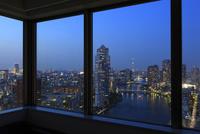 勝どき付近から望む隅田川と高層マンションの窓辺の夜景