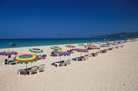 カラフルなビーチパラソル