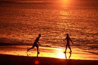 夕暮れにサーフィンをする地元の若者