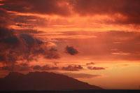 夕陽と山のシルエット