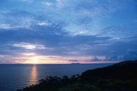 夕暮れの海岸線