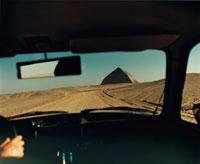 砂漠を走る車 02355000036| 写真素材・ストックフォト・画像・イラスト素材|アマナイメージズ