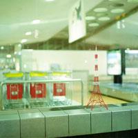 シャルルドゴール空港と東京タワーのミニチュア 02360000233| 写真素材・ストックフォト・画像・イラスト素材|アマナイメージズ