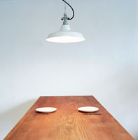 ダイニングテーブルに置かれた皿とナイフとフォーク