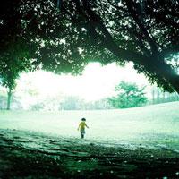 広場を歩く子供と木のアーチ
