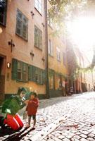旧市街地の街並みと親子