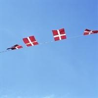 青空にたなびくデンマーク国旗