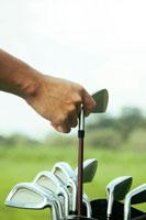 ゴルフをする男性の手