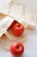 エコバックとりんご 02362000182| 写真素材・ストックフォト・画像・イラスト素材|アマナイメージズ