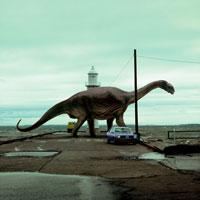 灯台のふもとに立つカマラサウルス