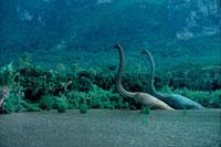 水辺にいるブラキオザウルスのペア