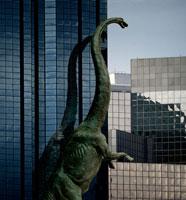 高層ビルとマメンチサウルス