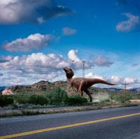 道路沿いを歩くティラノサウルス