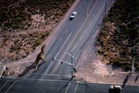 道路を歩くティラノサウルス 02364000035| 写真素材・ストックフォト・画像・イラスト素材|アマナイメージズ