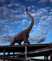 高速道路上に立つブラキオサウルス